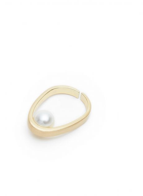 hold pearl ring